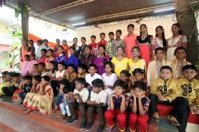 印度一学校有28对双胞胎学生 老师看了都晕