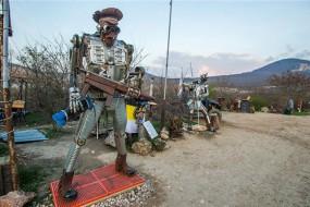 想象力爆棚 废铁打造骷髅机器人军团