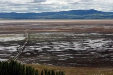 澳洲神秘湖忽满忽干 湖底或通向地球另一侧
