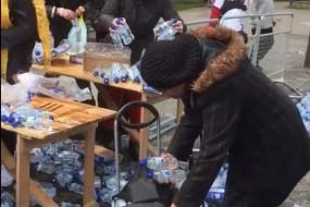 伦敦马拉松免费水遭当地居民哄抢