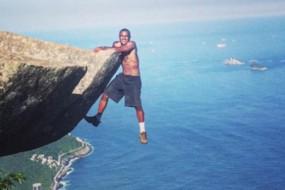 吓尿了!巴西800米高悬崖成游人舍命自拍圣地
