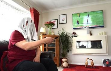 英男子电过敏 看电视戴电焊面罩