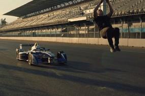 跑酷王子后空翻跃过时速百公里F1赛车