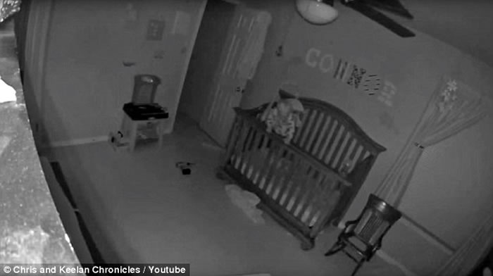 灵异影像:恐怖的平衡 婴儿半夜独站婴儿床围栏20秒-趣闻巴士