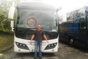英男子照片拍到巴士车窗后诡异人脸