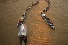 探访印尼奇特的水上集市