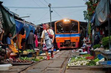 泰国最危险菜市场:火车每天经过折叠伞市场6次