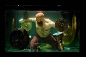 全球首场水下音乐会 巨型水族箱中用特制乐器演奏