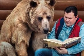 蠢萌棕熊与夫妇同住23年 会帮忙做家务