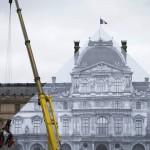 艺术家利用错觉让卢浮宫玻璃金字塔消失