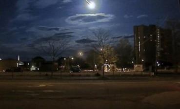 摄像头拍火球伴随巨响划破夜空 似大片场面震撼