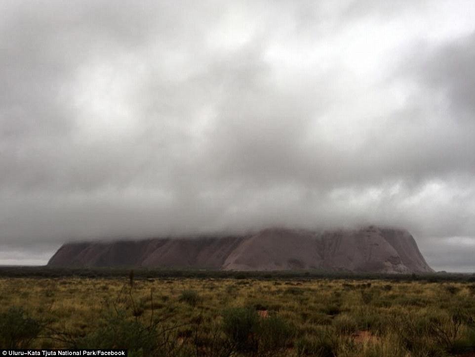 澳洲艾尔斯岩石雨中云层覆盖景象奇异
