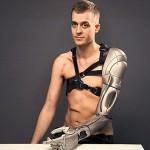 英男子装机械手臂未来感十足