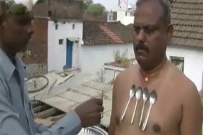 印度奇人身带磁性 铁器瞬间被吸上身
