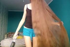 俄网红美女13年没剪头发 瀑布般长发直达脚踝