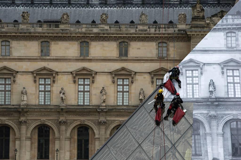 """艺术家玩错觉贴纸 """"变没""""卢浮宫玻璃金字塔(组图)"""