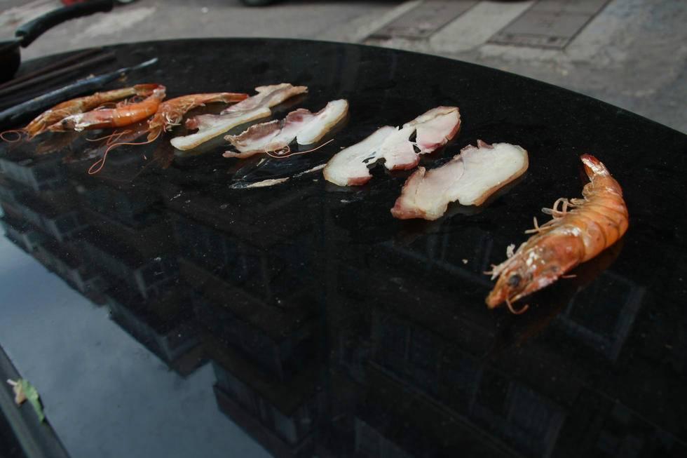 济南高温35度 大妈在汽车后备箱上烧烤(组图)