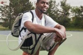 美国小伙背包里装着人造心脏打篮球