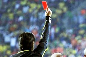 球场上没比他更悲催的了 放了个屁就被红牌罚下了