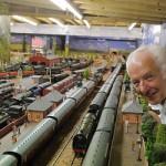 英老人建超级铁路模型 有超百辆火车可同时运行