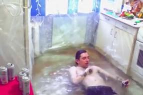 太能作!俄小伙把自家厨房注水变泳池