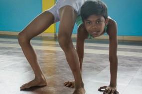 印度男孩身体超级柔软震惊网友