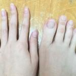 女生因脚趾修长爆红 能用脚写字