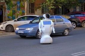 机器人趁工程师忘关门溜到大街闲逛
