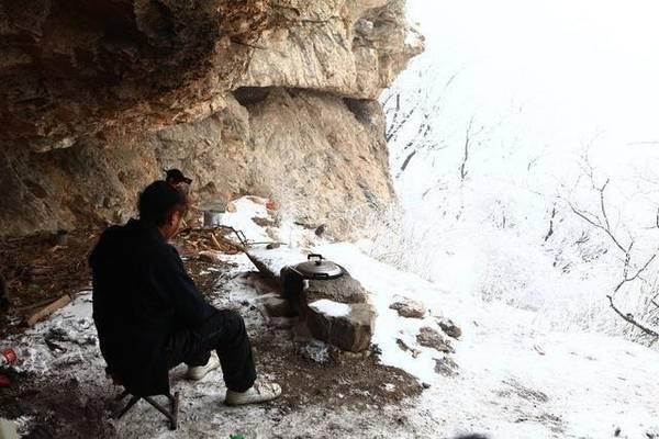 80后小伙隐居嵩山 住洞穴吃野草修道8年-趣闻巴士