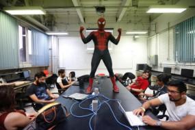 计算机老师变身蜘蛛侠受学生热捧