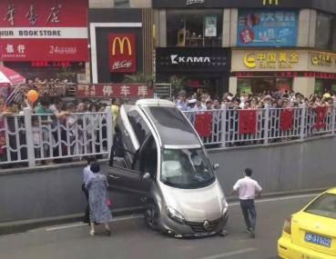 女司机开车又闯祸了