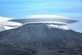 埃特纳火山顶惊现飞碟云 似独立日母舰降临