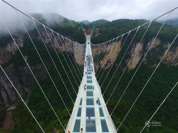 世界最高透明玻璃桥 地面玻璃被砸碎后...-趣闻巴士