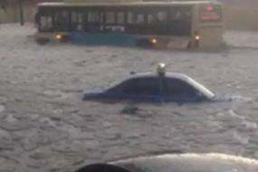 哈尔滨遭冰雹袭击 6月街道变冰河