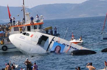 飞机沉海底变身人造礁石吸引潜水者