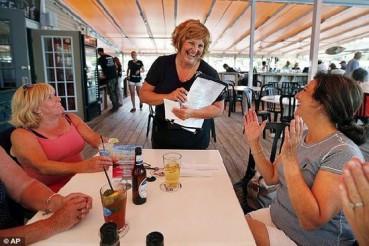 美国州长夫人暑期餐厅打工 为存钱买车