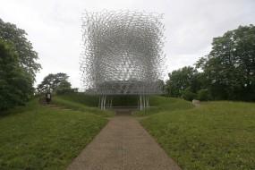 """英国""""蜂巢""""建筑让人身临其境体验蜂房"""