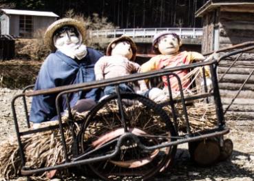 日本诡异小村遍布人偶 为纪念死者