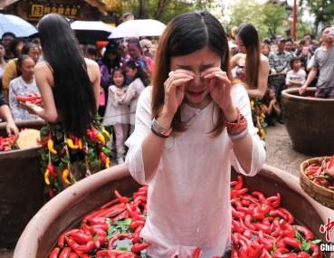 丽江泡辣椒水里吃辣椒大赛 游客都辣哭了