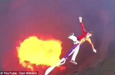 致命蹦极:新玩法是从火山口往岩浆上跳