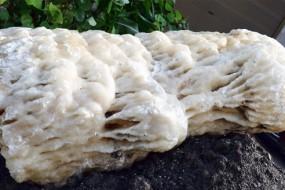 四川发现重达2吨冰洲石晶体 光学特性惊人