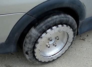 全向车轮能让汽车横着开原地转 泊车太轻松了