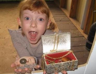 女童发现神秘宝箱 打开后全家惊呆