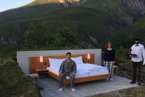 田野中只放一张床 无墙酒店零距离感受大自然