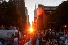 纽约现曼哈顿悬日奇观 民众扎堆围观