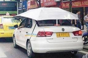 热到不行 驾校教练车都撑伞了
