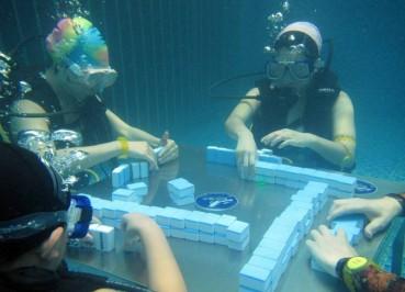 麻友把麻将桌搬到水底 潜水打牌也是拼了