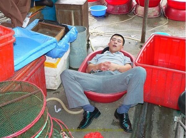 """北京瘫算什么!老外镜头下的""""中国睡""""你见过么?-趣闻巴士"""