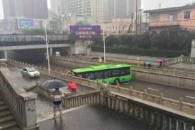 老司机最牛掉头 大公交紧急躲水