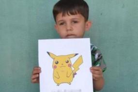 叙利亚儿童举口袋精灵图片:来捕捉我吧